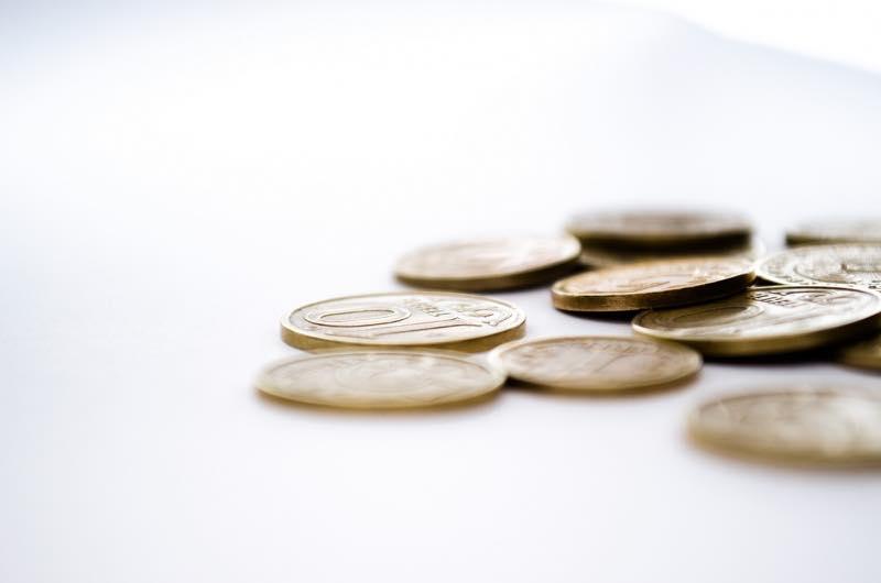 机に散らばるコイン