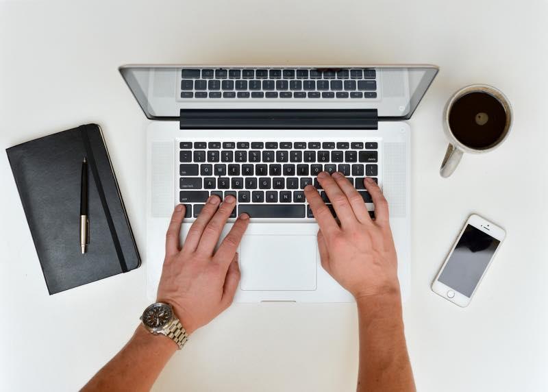 ノートパソコンのキーをタイプする瞬間