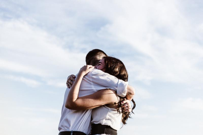 抱きしめ合う男女