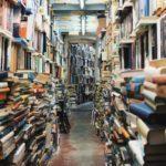 本で溢れかえった通路